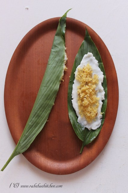 Fold the turmeric leaf with stuffing